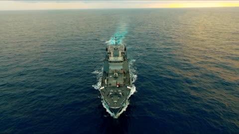 vidéos et rushes de vue aérienne du navire de guerre - navire