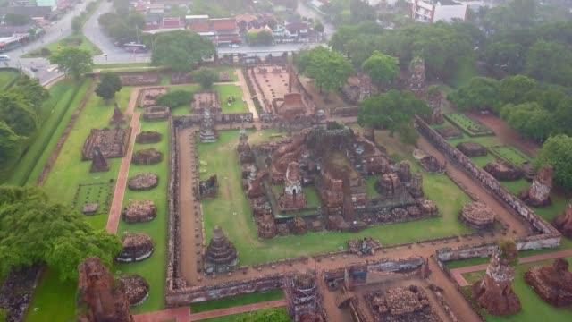 luftaufnahme des wat mahathat ist ein buddhistischer tempel, teil von ayutthaya world heritage historical park, thailand - pagode stock-videos und b-roll-filmmaterial