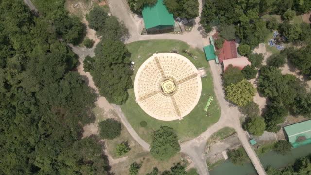 タイのサラブリ県のワット・パ・サワン・ブーン・パゴダ・トップ500の空中写真 - 仏塔点の映像素材/bロール