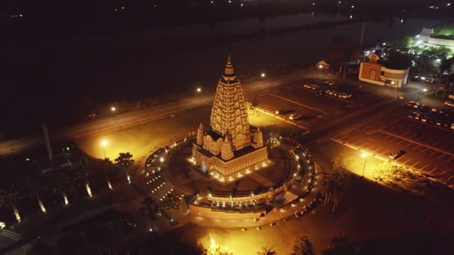 aerial view of wat panyanantaram at night, a buddhist temple in pathum thani city, thailand. thai architecture buildings background in travel trip concept. buddhism religion. tourist attraction. - pathum thani video stock e b–roll