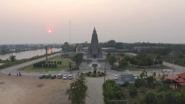 aerial view of wat panyanantaram at sunset, a buddhist temple in pathum thani city, thailand. thai architecture buildings background in travel trip concept. buddhism religion. tourist attraction. - pathum thani video stock e b–roll