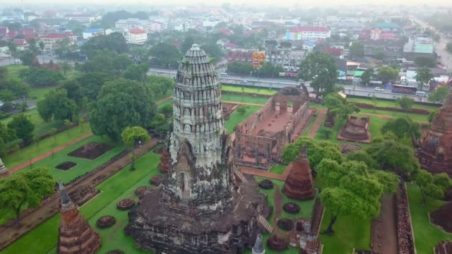 Aerial view of Wat Ratchaburana is a Buddhist temple in the Ayutthaya Historical Park, Ayutthaya, Thailand. The temple's main prang is one of the finest in the city. Wat Ratchaburana, Located in the island section of Ayutthaya, Wat Ratchaburana is immediately north of Wat Mahathat. bagan stock videos & royalty-free footage