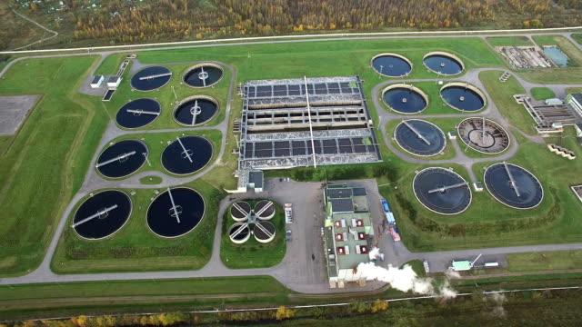 vista aerea dell'impianto di trattamento d'acqua - acquedotto video stock e b–roll