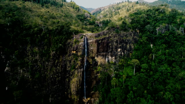 vídeos de stock e filmes b-roll de aerial view of waterfall in sri lanka - sri lanka