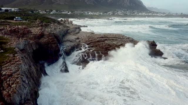 stockvideo's en b-roll-footage met luchtfoto van golven in een rotsachtige kust - rocks sea