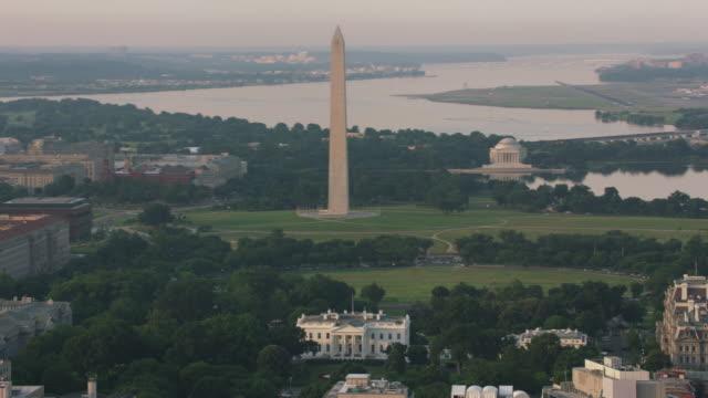 vídeos de stock e filmes b-roll de aerial view of white house, washington monument and jefferson memorial. - locais geográficos