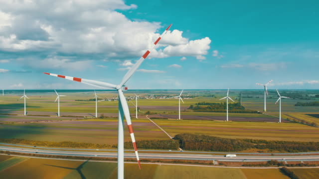 vídeos de stock, filmes e b-roll de vista aérea da exploração agrícola e de campos agriculturais das turbinas de vento. áustria - ecossistema