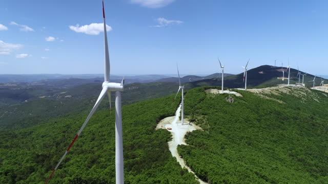 vídeos y material grabado en eventos de stock de vista aérea de las turbinas eólicas - energía eólica