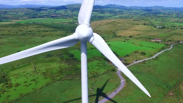 flygfoto av vindkraftverk - vindsnurra jordbruksbyggnad bildbanksvideor och videomaterial från bakom kulisserna