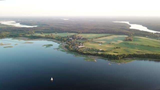 vidéos et rushes de vue aérienne de la côte sinueuse de lac - lac reflection lake