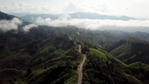 vista aerea della strada tortuosa sulla montagna e sulla guida in auto, concetto di guida di sicurezza - mountain video stock e b–roll