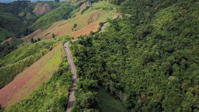 山と車の運転の曲がりくねった道の航空写真、安全運転コンセプト - 曲線点の映像素材/bロール