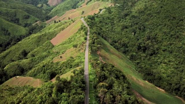 山の曲がりくねった道路の空中写真と車の運転、安全運転のコンセプト - 陸の乗り物点の映像素材/bロール