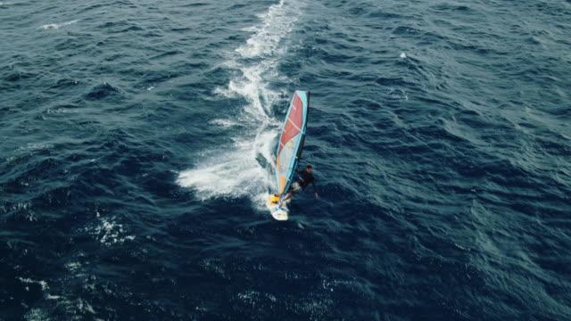 luftaufnahme des windsurfens - sprung wassersport stock-videos und b-roll-filmmaterial