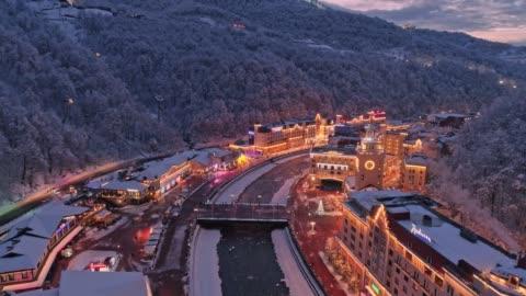 vídeos y material grabado en eventos de stock de vista aérea de la estación de esquí rosa khutor de invierno. iluminación nocturna - rusia