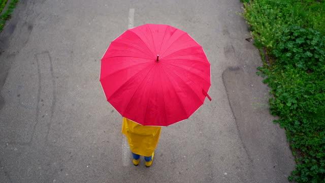 vídeos de stock e filmes b-roll de aerial view of woman spinning umbrella - chapéu