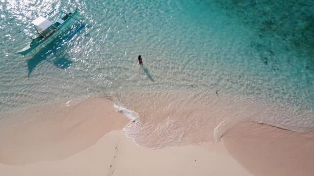 vidéos et rushes de vue aérienne (drone) de la femme qui marche dans l'océan - pureté