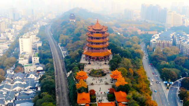 vídeos y material grabado en eventos de stock de vista aérea de la torre de grúa amarilla de wuhan - wuhan