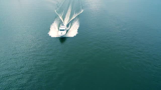 Vista aérea do iate flutuando no mar - vídeo