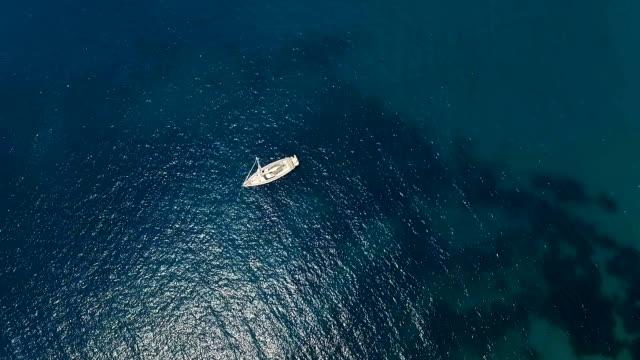 luftaufnahme der yacht niar kleine insel und resort in montenegro - englandreise stock-videos und b-roll-filmmaterial