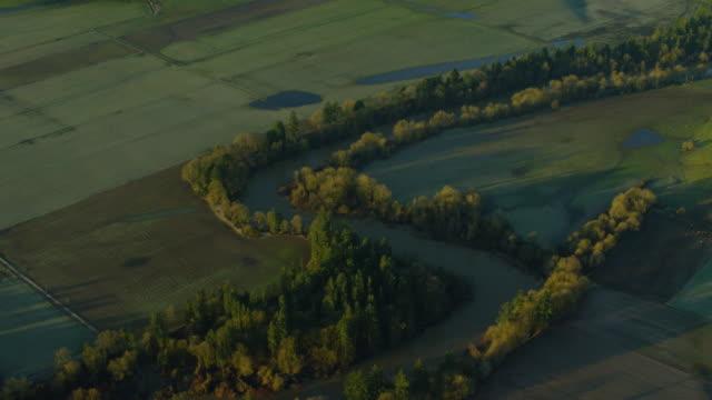 luftaufnahme von yamhill river und farm land in der nähe von mcminnville, oregon - tal stock-videos und b-roll-filmmaterial