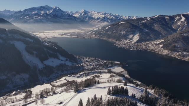 vídeos de stock, filmes e b-roll de vista aérea de zell am see em um dia de inverno - tyrol state austria