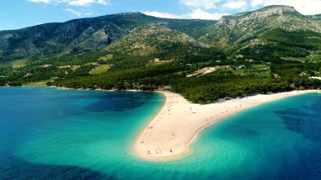 aerial view of zlatni rat, a sandy beach on the island of brac, croatia - хорватия стоковые видео и кадры b-roll