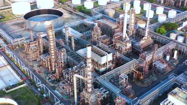 stockvideo's en b-roll-footage met luchtfoto olieraffinaderij, raffinaderij fabriek, raffinaderij factory 's avonds. - raffinaderij