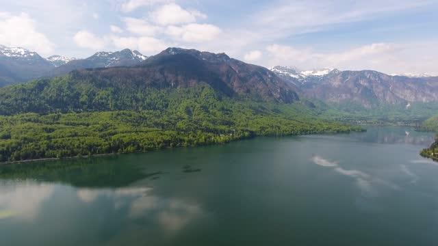 vídeos de stock, filmes e b-roll de vista aérea em bohinjsko jezero entre montanhas - eslovênia