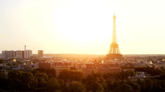 aerial view on eiffel tower in paris in 4k slow motion - torre eiffel video stock e b–roll