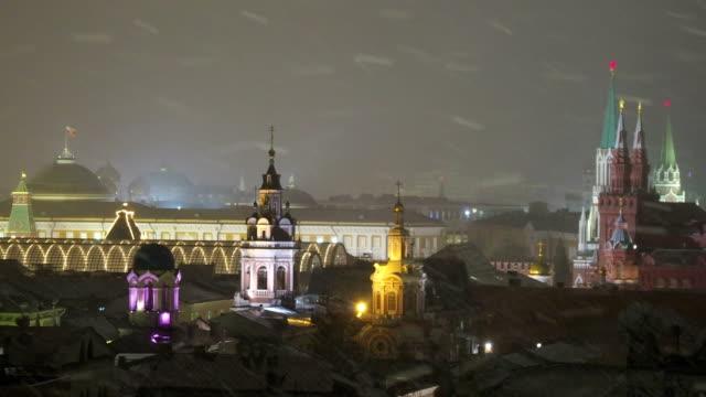 flygfoto på historiska centrum av moskva. kreml senaten, statens historiska museum, olika gamla kyrkor. snöig december kväll. ryssland - kreml bildbanksvideor och videomaterial från bakom kulisserna