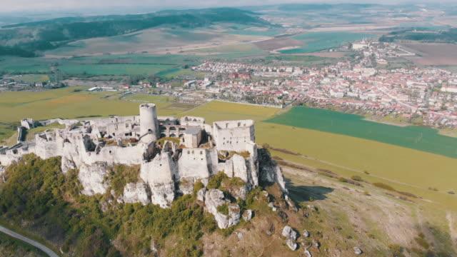 luftaufnahme auf spissky hrad. slowakei. die ruinen von stone castle auf dem hügel - slowakei stock-videos und b-roll-filmmaterial