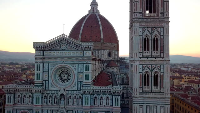 vidéos et rushes de vue aérienne sur la ville et la cathédrale de santa maria del fiore. florence, toscane, italie - ligue sportive