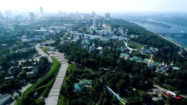 stockvideo's en b-roll-footage met luchtfoto op het kiev pechersk lavra. groen en mooie centrum van kiev, oekraïne - klooster
