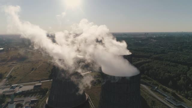 flygfoto på arbetande power station. kyltorn av kärnkraftverket. koleldade kraftverk - kol bildbanksvideor och videomaterial från bakom kulisserna
