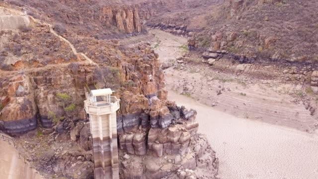vídeos de stock, filmes e b-roll de vista aérea sobre uma represa seca - seco