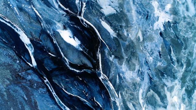 aerial view over a frozen river - iceland - ghiaccio galleggiante video stock e b–roll