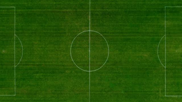 flygvy över en full grön fotbolls plan - fotboll bildbanksvideor och videomaterial från bakom kulisserna