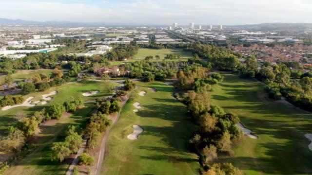 vídeos de stock e filmes b-roll de aerial view over golf field, irvine - objeto decorativo