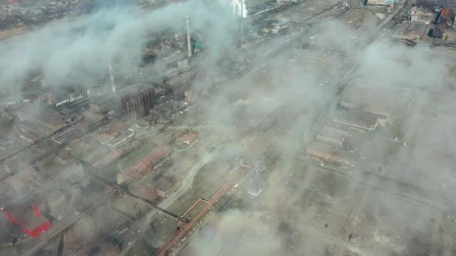 Luchtmening over geïndustrialiseerde stad met luchtatmosfeer video