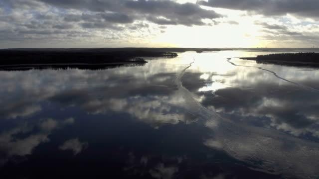 vidéos et rushes de vue aérienne sur le lac - lac reflection lake