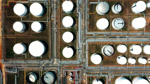flygvy över oljeraffinaderi eller kemisk fabrik med många lagringstankar - pipeline bildbanksvideor och videomaterial från bakom kulisserna
