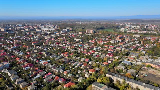 vista aerea sul centro storico di uzhhorod della storica vista aerea della città transcarpazia, ucraina europa - transcarpazia video stock e b–roll