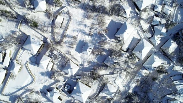 flygfoto över små autentisk europeisk bergsby omgiven av djupa snötäcket, snötäckta tak, olika synvinklar, skogar, gamla autentiska hus - djupsnö bildbanksvideor och videomaterial från bakom kulisserna