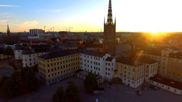 vídeos de stock, filmes e b-roll de vista aérea sobre estocolmo riddarholmen - sol nascente horizonte drone cidade