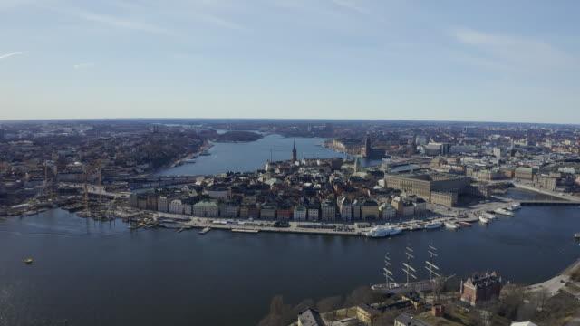 utsikt över stockholms stadshus-stockvideo - stockholm bildbanksvideor och videomaterial från bakom kulisserna