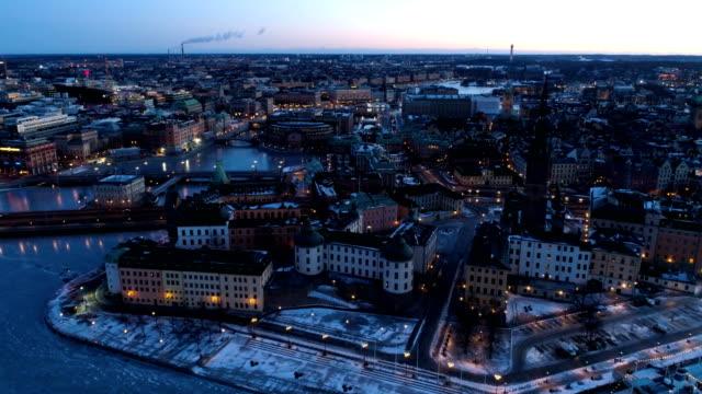 vídeos de stock, filmes e b-roll de vista aérea sobre stockholm - sol nascente horizonte drone cidade