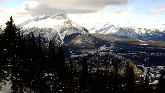 aerial view over sulphur mountain – banff - klippiga bergen bildbanksvideor och videomaterial från bakom kulisserna