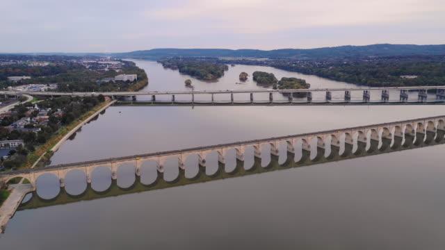 luftaufnahme über susquehanna river in harrisburg pennsylvania - pennsylvania stock-videos und b-roll-filmmaterial