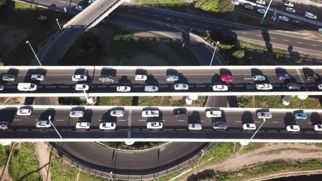 ラッシュアワーで空撮頭上高速道路 - 渋滞点の映像素材/bロール